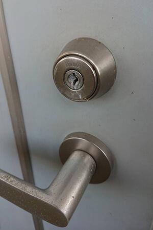 玄関の鍵交換前(鍵穴に接着剤入れられ)