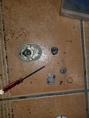 浦安市で玄関の鍵修理中