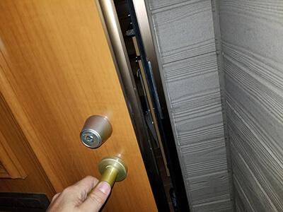 小山市で玄関の鍵開け後